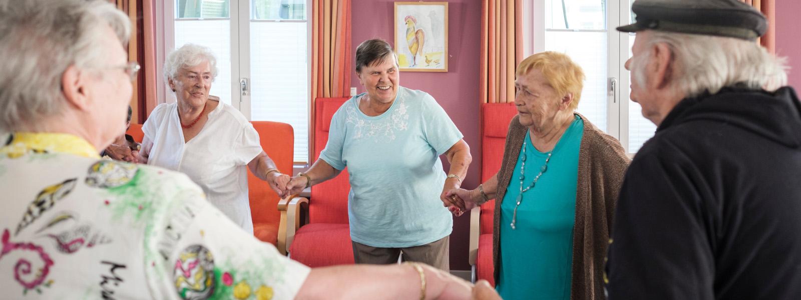 Mehrere Seniorinnen tanzen zusammen