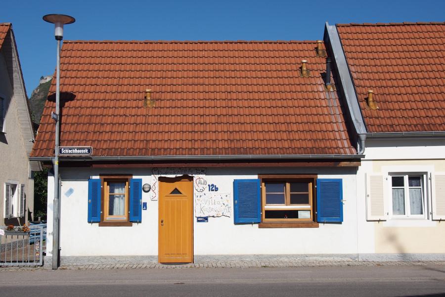 Die Villa Kunterbunt von der Straße aus