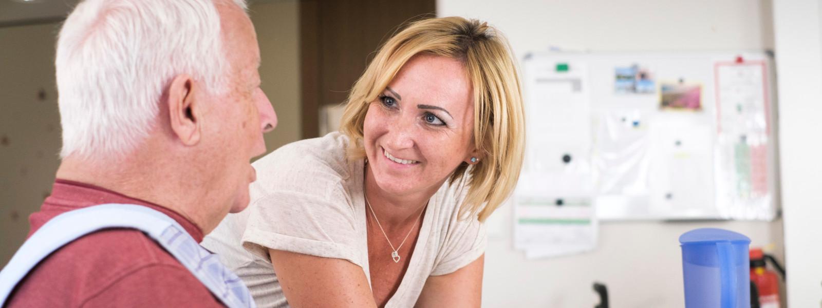 Eine Frau betreut einen Senior