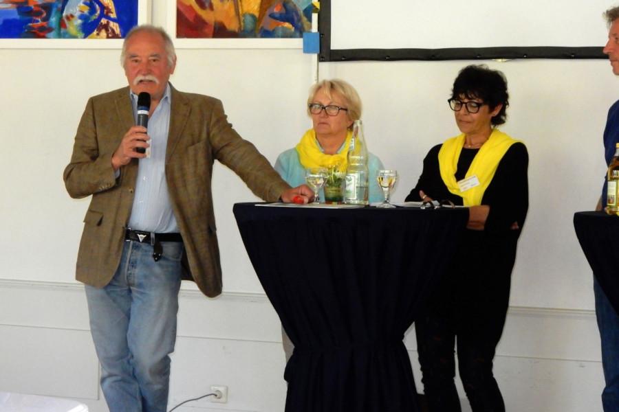 Drei Personen stehen auf einer Bühne