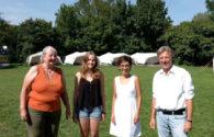 Vier Personen stehen auf dem AWO Campingplatz Horn