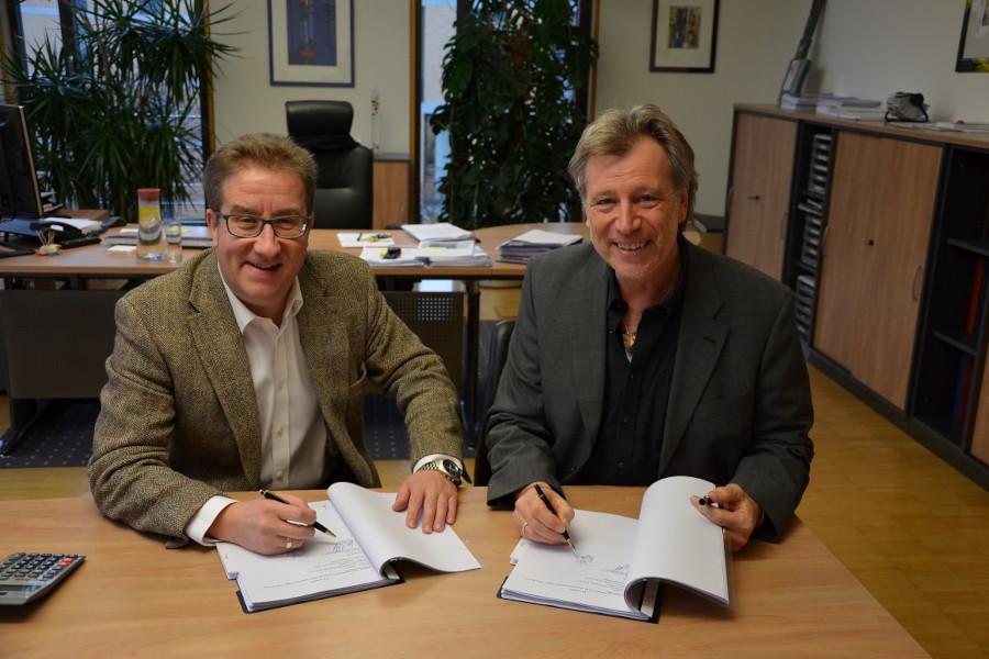 Jens-Uwe Götsch und Reinhard Zedler unterschreiben den Mietvertrag für das Pflegeheim Jungerhalde